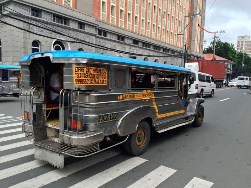 Filipinas transporte original con el jeepney